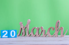20 marzo Giorno 20 del mese, calendario di legno quotidiano sulla tavola e fondo verde Giorno di primavera, spazio vuoto per test Immagini Stock Libere da Diritti