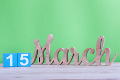 15 marzo Giorno 15 del mese, calendario di legno quotidiano sulla tavola e fondo verde Tempo di primavera, spazio vuoto per testo Fotografie Stock