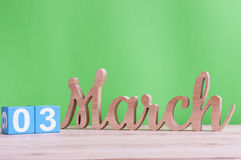 3 marzo Giorno 3 del mese, calendario di legno quotidiano sulla tavola e fondo verde Tempo di primavera, spazio vuoto per testo Fotografia Stock