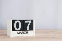7 marzo Giorno 7 del mese, calendario di legno su fondo leggero Giorno di primavera, spazio vuoto per testo Immagine Stock Libera da Diritti