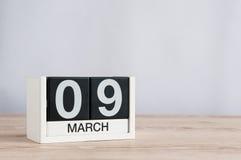 9 marzo Giorno 9 del mese, calendario di legno su fondo leggero Giorno di primavera, spazio vuoto per testo Fotografia Stock Libera da Diritti