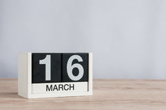 16 marzo Giorno 16 del mese, calendario di legno su fondo leggero Giorno di primavera, spazio vuoto per testo Fotografia Stock Libera da Diritti