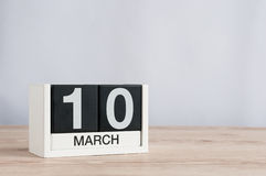 10 marzo Giorno 10 del mese, calendario di legno su fondo leggero Giorno di primavera, spazio vuoto per testo Immagine Stock