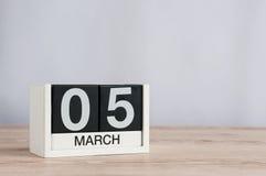 5 marzo Giorno 5 del mese, calendario di legno su fondo leggero Tempo di primavera, spazio vuoto per testo Fotografia Stock