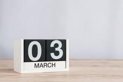 3 marzo Giorno 3 del mese, calendario di legno su fondo leggero Tempo di primavera, spazio vuoto per testo Fotografie Stock