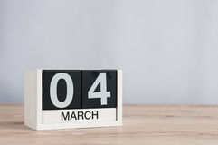 4 marzo Giorno 4 del mese, calendario di legno su fondo leggero Tempo di primavera, spazio vuoto per testo Immagine Stock Libera da Diritti