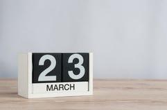 23 marzo Giorno 23 del mese, calendario di legno su fondo leggero Tempo di primavera, spazio vuoto per testo Immagine Stock