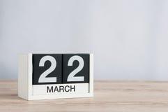 22 marzo Giorno 22 del mese, calendario di legno su fondo leggero Tempo di primavera, spazio vuoto per testo Fotografia Stock