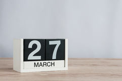 27 marzo Giorno 27 del mese, calendario di legno su fondo leggero Tempo di primavera, spazio vuoto per testo Giorni del teatro de Fotografia Stock