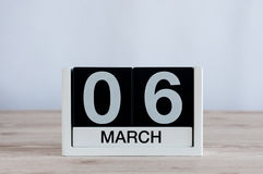 6 marzo Giorno 6 del mese, calendario di ogni giorno sul fondo di legno della tavola Tempo di primavera, spazio vuoto per testo Fotografia Stock Libera da Diritti