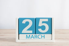 25 marzo Giorno 25 del mese, calendario quotidiano sul fondo di legno della tavola Tempo di primavera, spazio vuoto per testo Immagini Stock Libere da Diritti