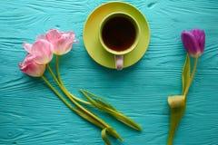 8 marzo, giorno del ` s della madre, tazza di caffè e tulipani su fondo blu Immagini Stock Libere da Diritti