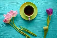 8 marzo, giorno del ` s della madre, tazza di caffè e tulipani su fondo blu Fotografie Stock Libere da Diritti