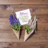 8 marzo Giorno felice dei women's! Carta con il flo rosa e blu del lupino Immagine Stock