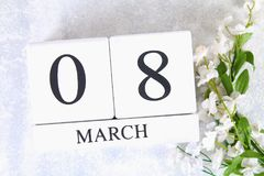 8 marzo, giorno internazionale del ` s delle donne Calendario perpetuo di legno e fiori bianchi Fotografie Stock Libere da Diritti