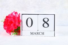 8 marzo, giorno internazionale del ` s delle donne Calendario perpetuo di legno e fiori rosa Fotografia Stock Libera da Diritti