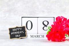 8 marzo, giorno internazionale del ` s delle donne Calendario perpetuo di legno, fiori rosa e lavagna Fotografie Stock
