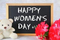 8 marzo, giorno internazionale del ` s delle donne Lavagna con i fiori e l'orsacchiotto rosa Fotografia Stock