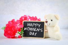 8 marzo, giorno internazionale del ` s delle donne Lavagna con i fiori e l'orsacchiotto rosa Fotografie Stock Libere da Diritti