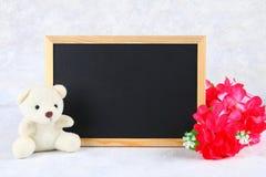 8 marzo, giorno internazionale del ` s delle donne Lavagna con i fiori e l'orsacchiotto rosa Copi lo spazio Immagini Stock