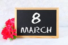 8 marzo, giorno internazionale del ` s delle donne Lavagna con i fiori rosa Immagine Stock Libera da Diritti