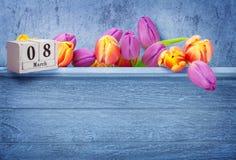 8 marzo, giorno internazionale, tulipani e calendario del ` s delle donne Immagini Stock
