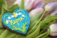 8 marzo Immagine dei regali - pan di zenzero e tulipani Immagine Stock Libera da Diritti