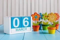 6 marzo Immagine del calendario di legno di colore del 6 marzo con il fiore su fondo bianco Primo giorno di molla, spazio vuoto p Immagini Stock Libere da Diritti
