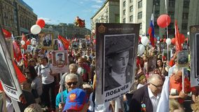Marzo immortale del reggimento in Victory Day su nono maggio Marche per commemorare i partecipanti della seconda guerra mondiale video d archivio