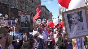 Marzo immortale del reggimento in Victory Day su nono maggio Marche per commemorare i partecipanti della seconda guerra mondiale archivi video