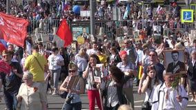 Marzo immortale del reggimento in Victory Day su nono maggio Marche per commemorare i partecipanti della seconda guerra mondiale stock footage