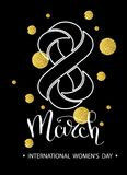 8 marzo iscrizione della mano, con lo scintillio dorato Progettazione di massima del giorno della donna Iscrizione calligrafica d Fotografia Stock