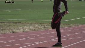 2 marzo 2019 L'Ucraina, Kiev Sport e salute di tema Il giovane uomo caucasico fa il riscaldamento di esercizio che allunga scalda video d archivio