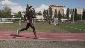 2 marzo 2019 L'Ucraina, Kiev Sport e salute di tema Il giovane uomo caucasico fa il riscaldamento di esercizio esegue pareggiare  stock footage