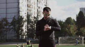 2 marzo 2019 L'Ucraina, Kiev Sport e salute di tema Il giovane uomo caucasico utilizza un orologio di sport sul suo polso, a archivi video