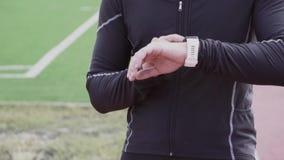 2 marzo 2019 L'Ucraina, Kiev Sport e salute di tema Il giovane uomo caucasico utilizza un orologio di sport sul suo polso, a stock footage