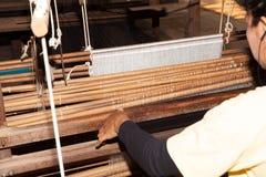 25 marzo 2014 La Cambogia: Seta non identificata di tessitura della donna marzo Immagini Stock