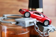19 marzo 2018 La Russia, Iževsk Giochi l'automobile e la bottiglia che bevono e che determinano il concetto Fotografia Stock Libera da Diritti