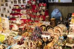 25 MARZO 2016: Le merci e le decorazioni tipiche hanno venduto ai mercati tradizionali di Pasqua sul vecchio quadrato di città a  Fotografia Stock