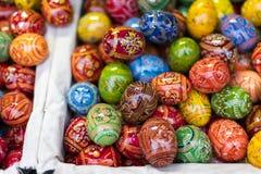 25 MARZO 2016: Le uova decorative di legno tradizionali hanno venduto ai mercati tradizionali di Pasqua sul vecchio quadrato di c Fotografia Stock