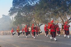 Marzo más allá de las fuerzas armadas de arma del ` s de la India Fotos de archivo libres de regalías