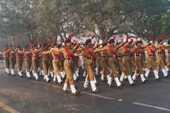 Marzo más allá de los cadetes nacionales de la señora del ` s del cuerpo del cadete del ` s de la India Fotos de archivo libres de regalías