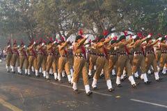 Marzo más allá de los cadetes nacionales de la señora del ` s del cuerpo del cadete del ` s de la India Foto de archivo