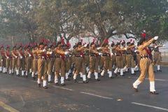 Marzo más allá de los cadetes nacionales de la señora del ` s del cuerpo del cadete del ` s de la India Imagen de archivo