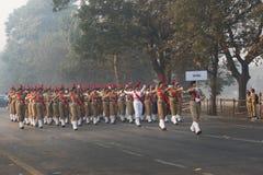 Marzo más allá de los cadetes nacionales de la señora del ` s del cuerpo del cadete del ` s de la India Foto de archivo libre de regalías