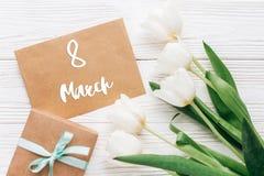 8 marzo mandi un sms al segno sul mestiere alla moda presente con la cartolina d'auguri Immagine Stock Libera da Diritti