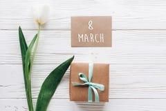 8 marzo mandi un sms al segno sulla cartolina d'auguri con la scatola attuale alla moda e Immagine Stock