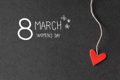 8 marzo messaggio del giorno delle donne con i cuori di carta Fotografie Stock Libere da Diritti