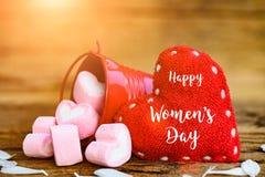 8 marzo messaggio felice di giorno del ` s delle donne su fondo di legno Fotografie Stock