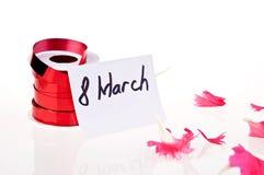 8 marzo. nastro rosso e scheda bianca Fotografie Stock Libere da Diritti